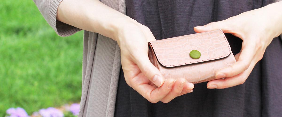 革のコンパクト財布