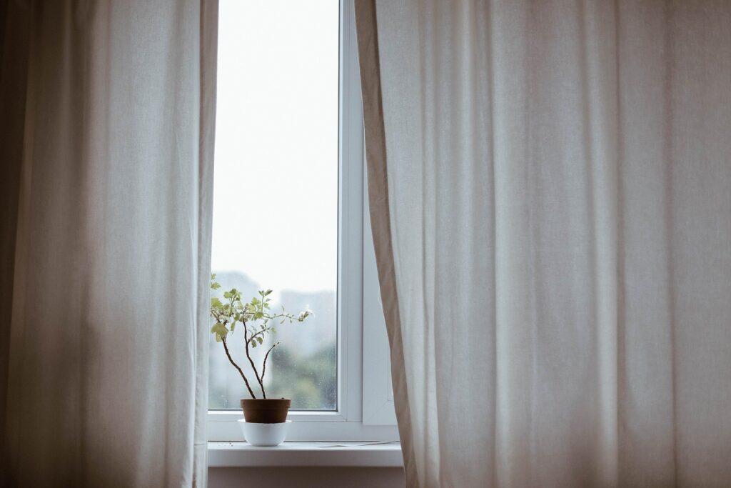 風が吹く窓際の画像